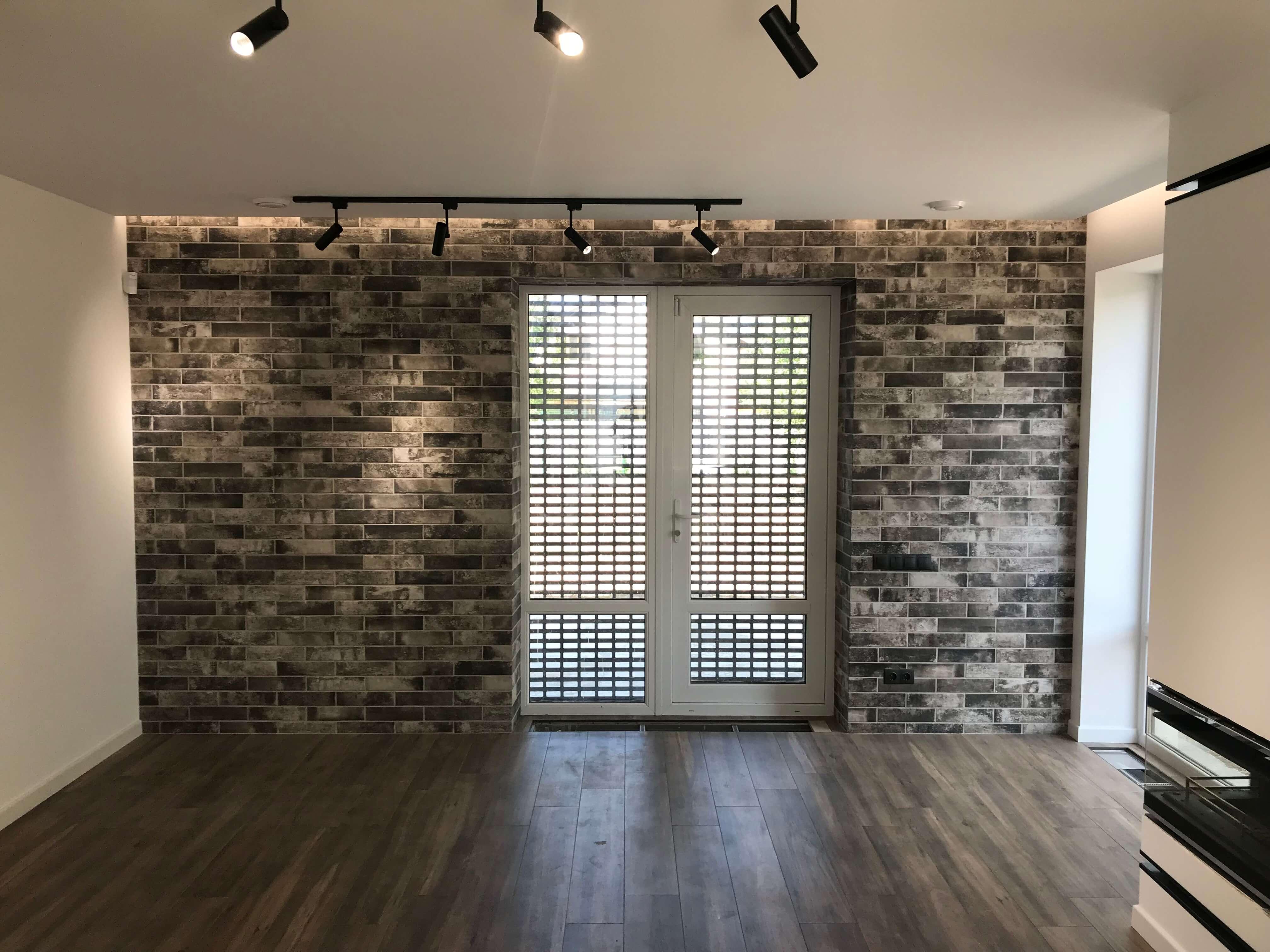 Зал в доме, декорированный кирпичом