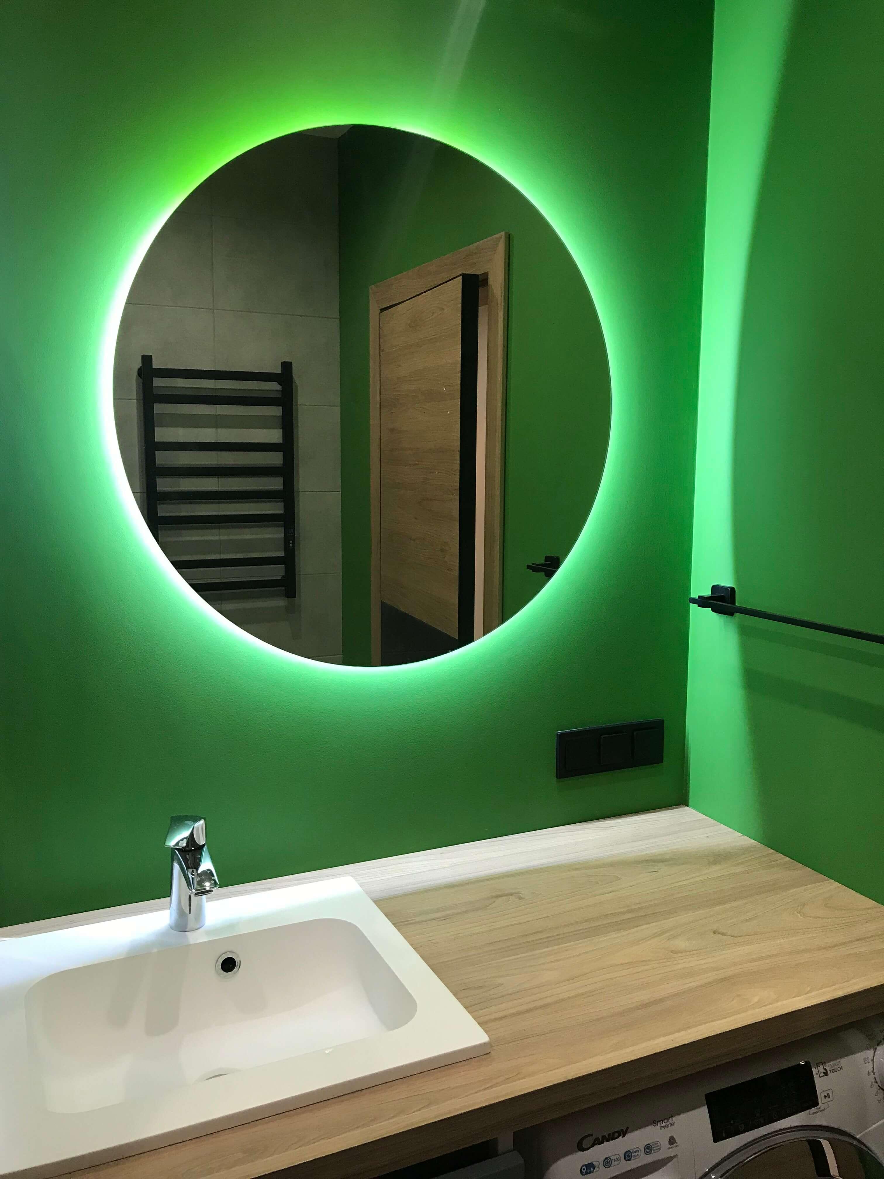 две стены в ванной выкрашены в вырвиглазный зеленый