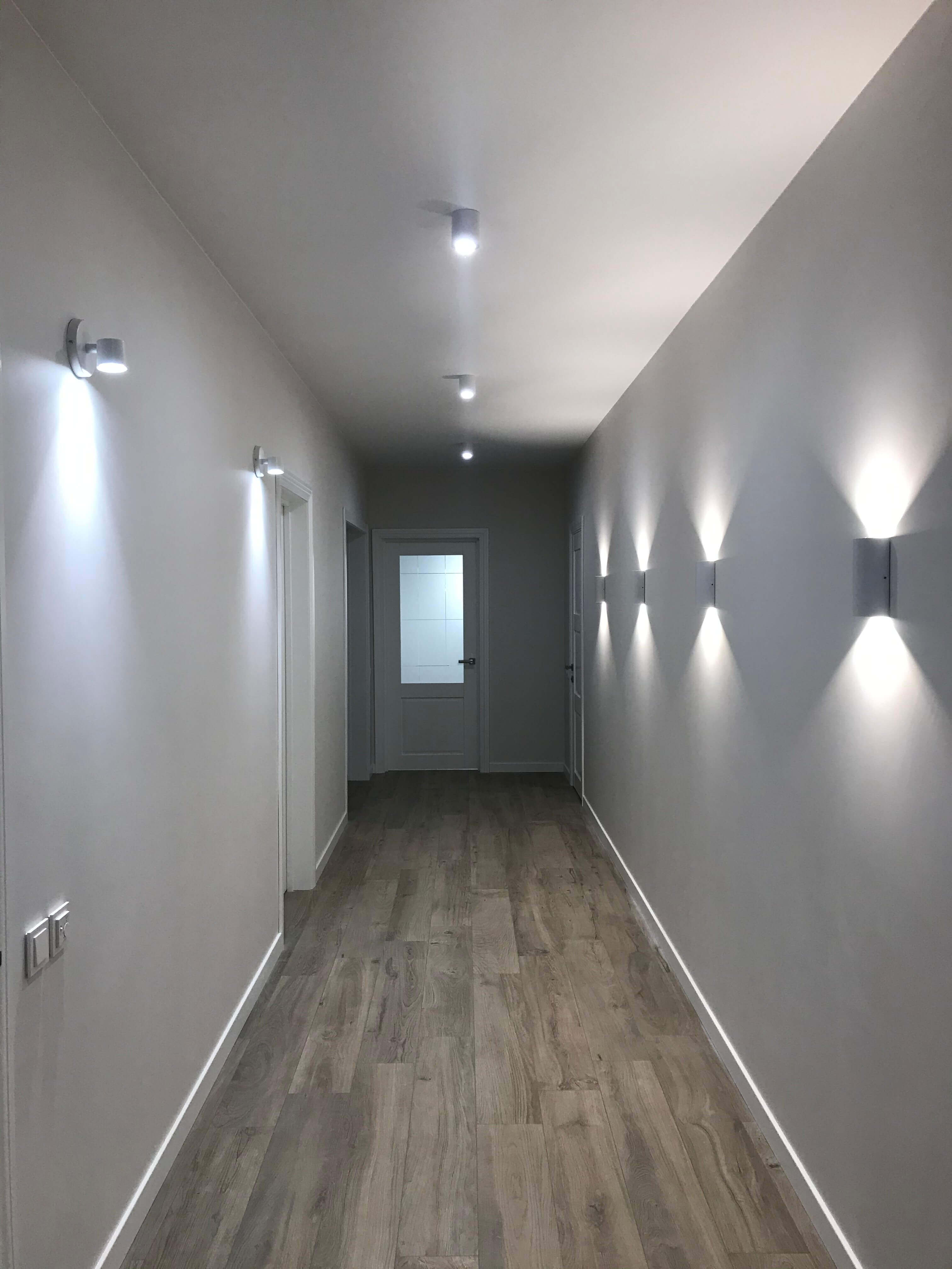 бра в узком коридоре