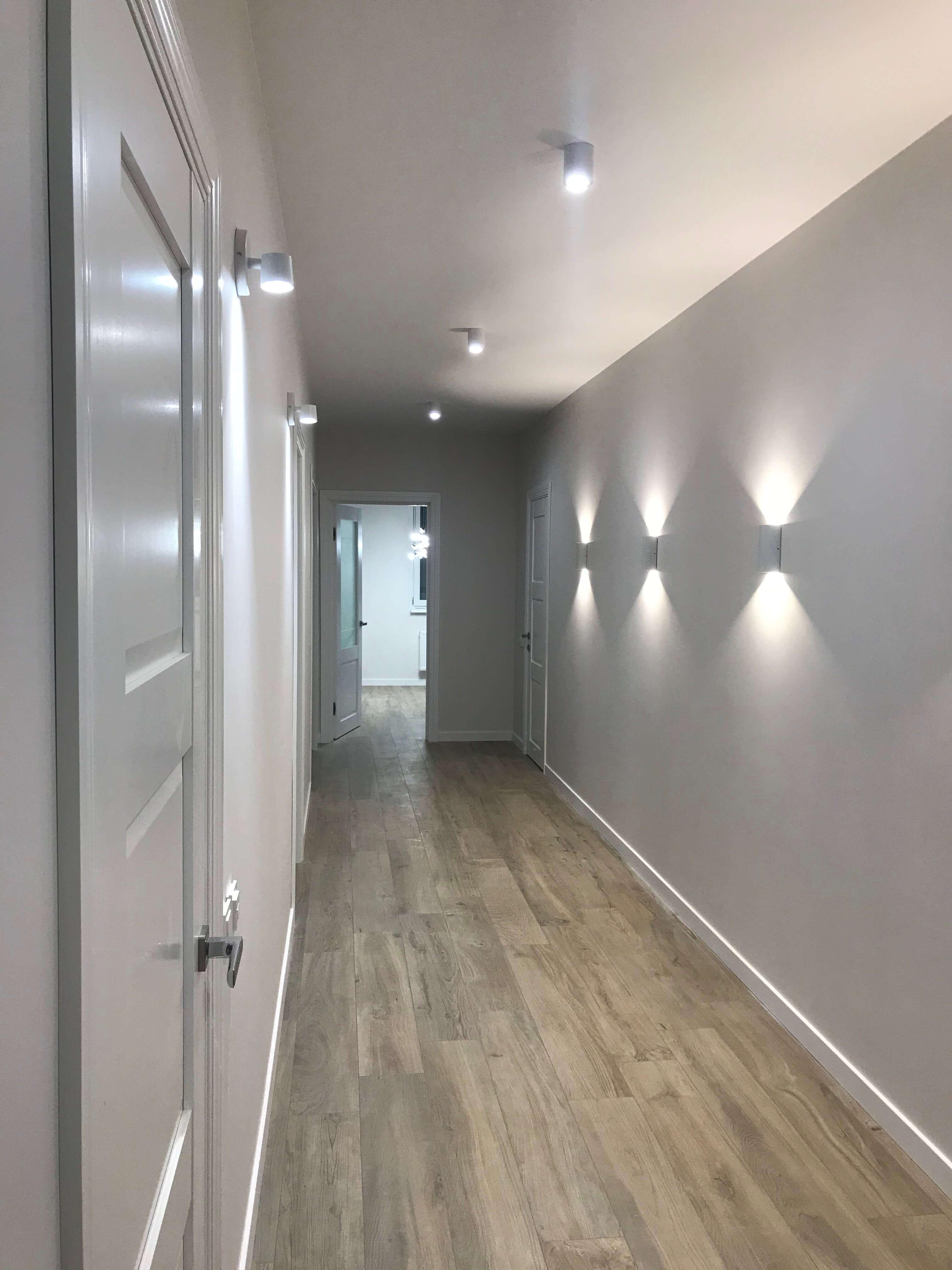проход в коридоре, украшенном бра