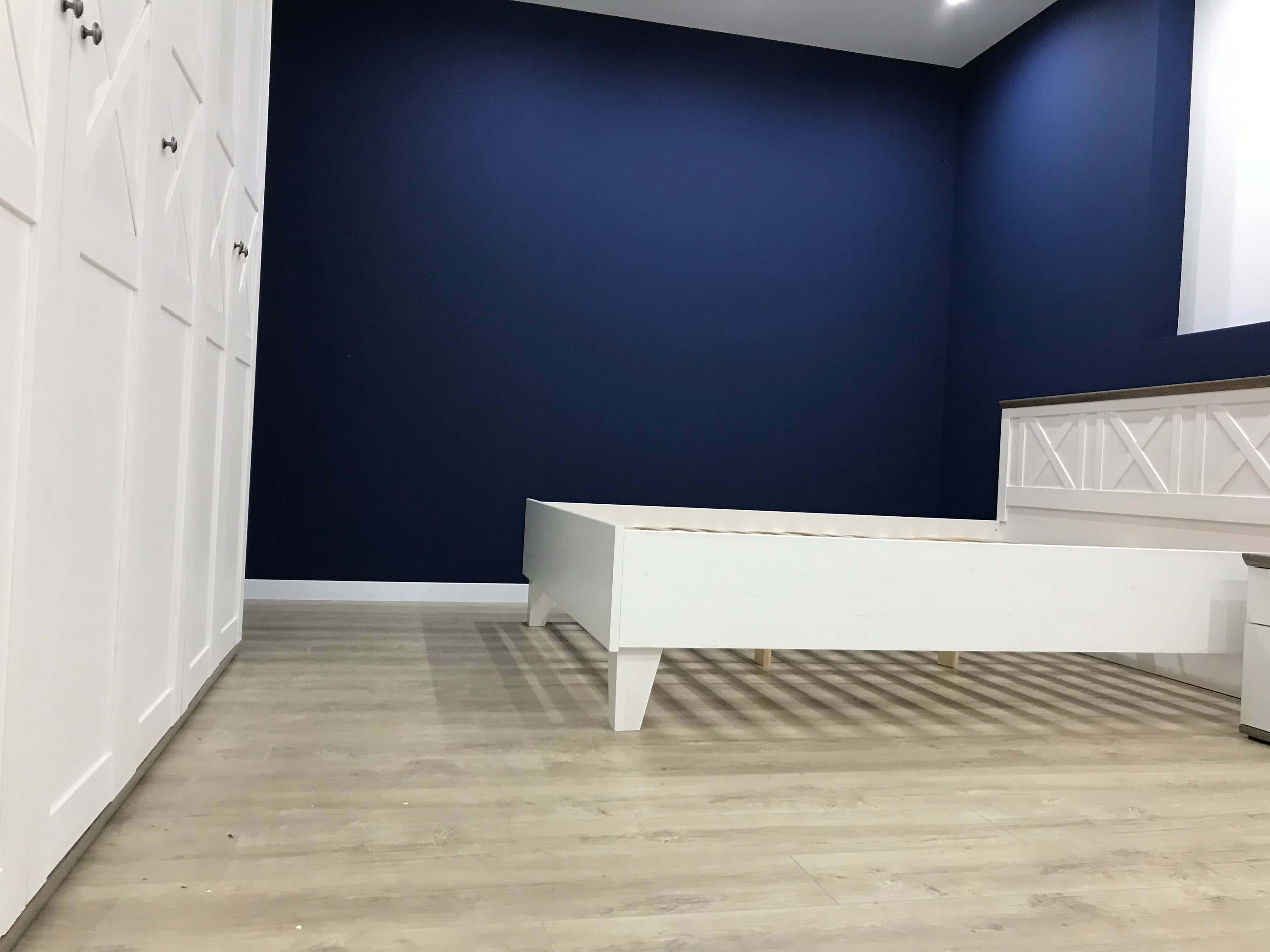 две стены выкрашены в яркий синий для контраста