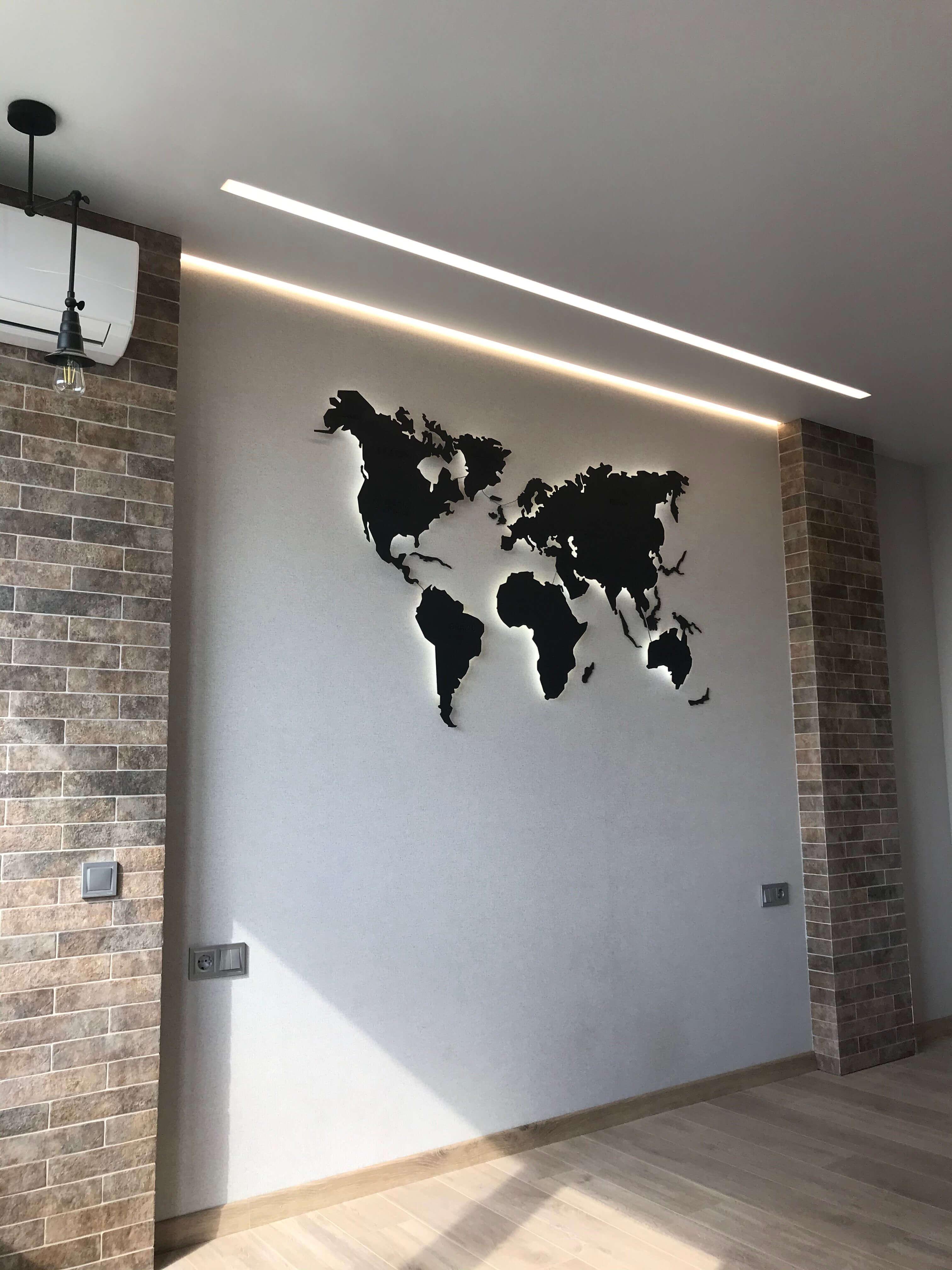 декоративная отделка стены с картой
