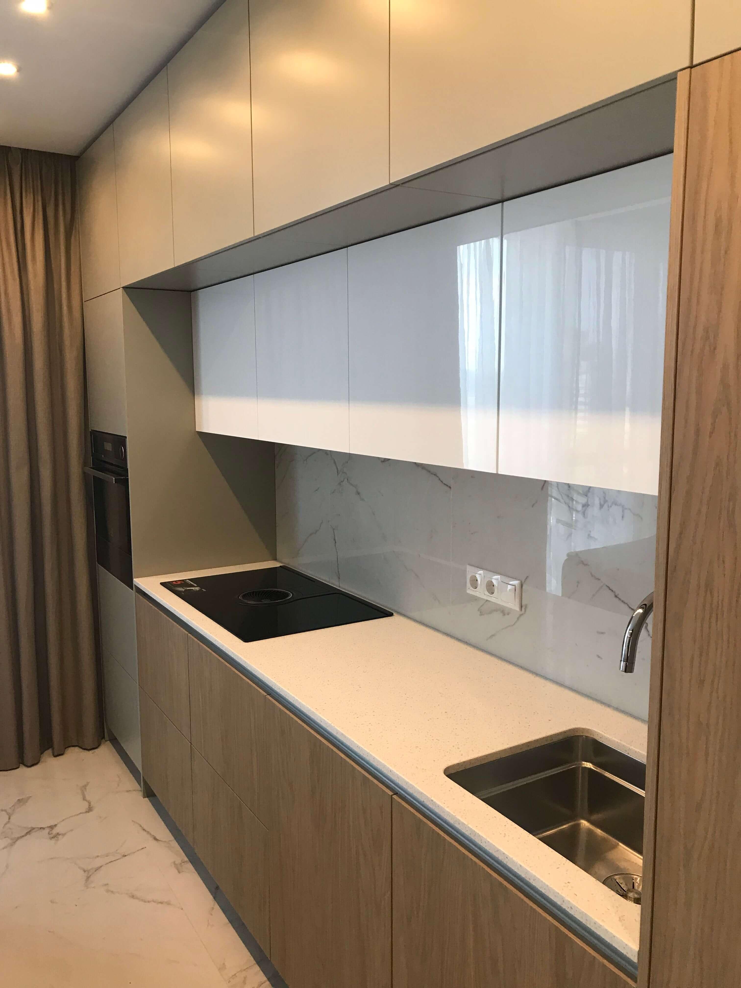 Рабочая поверхность и мебель кухни