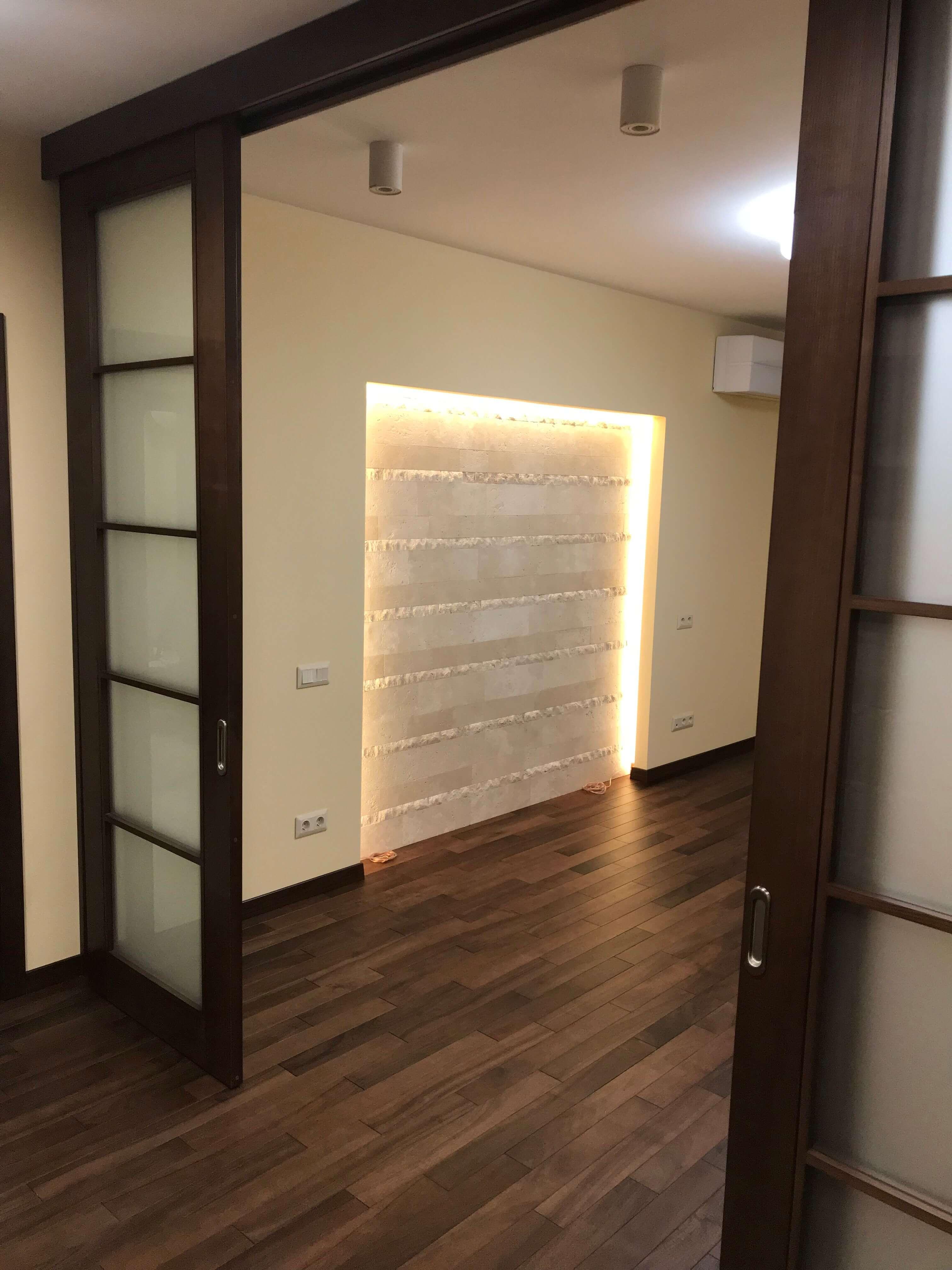 раздвижные двери между коридором и залом
