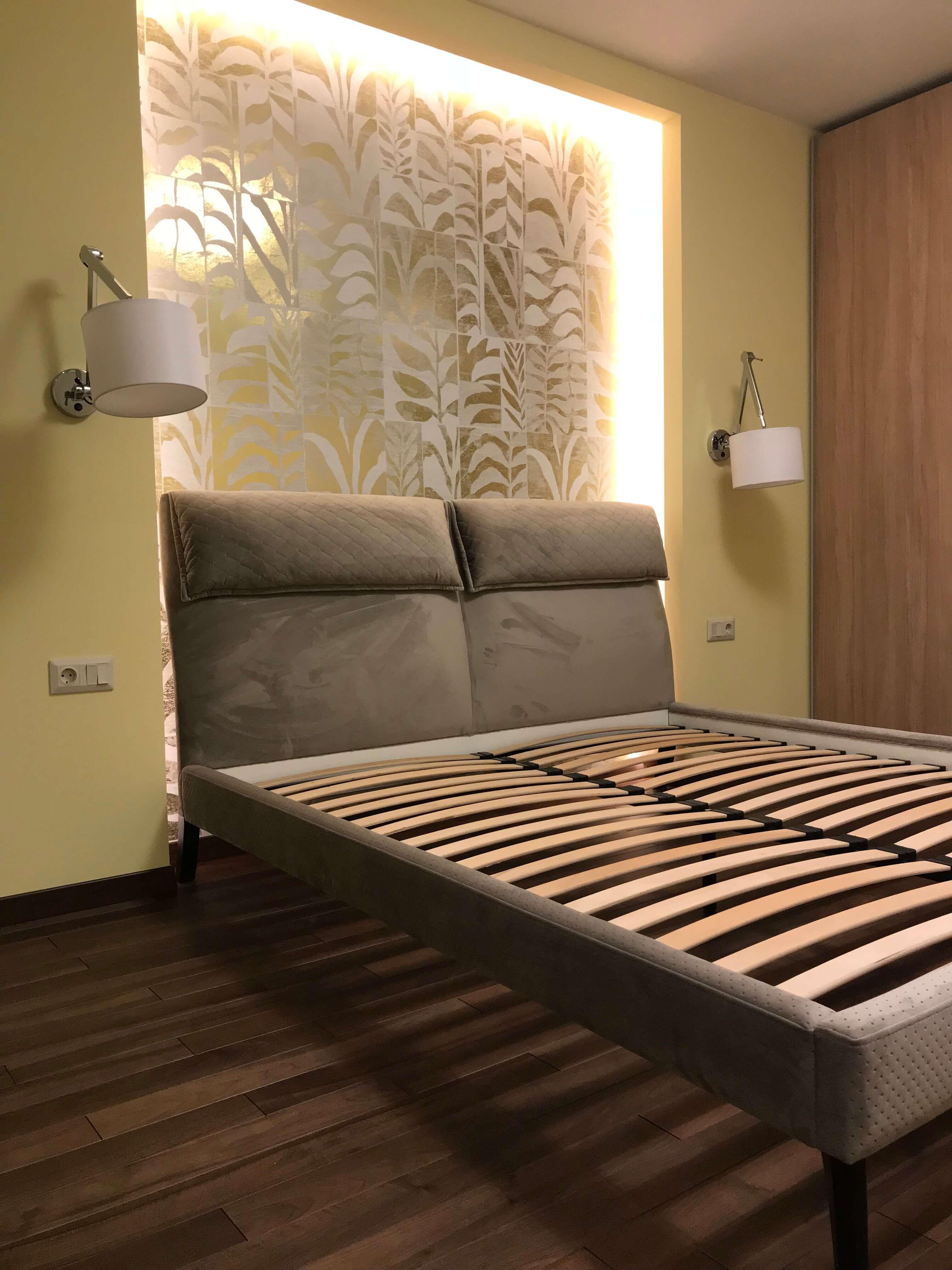 кровать в спальной без матраса