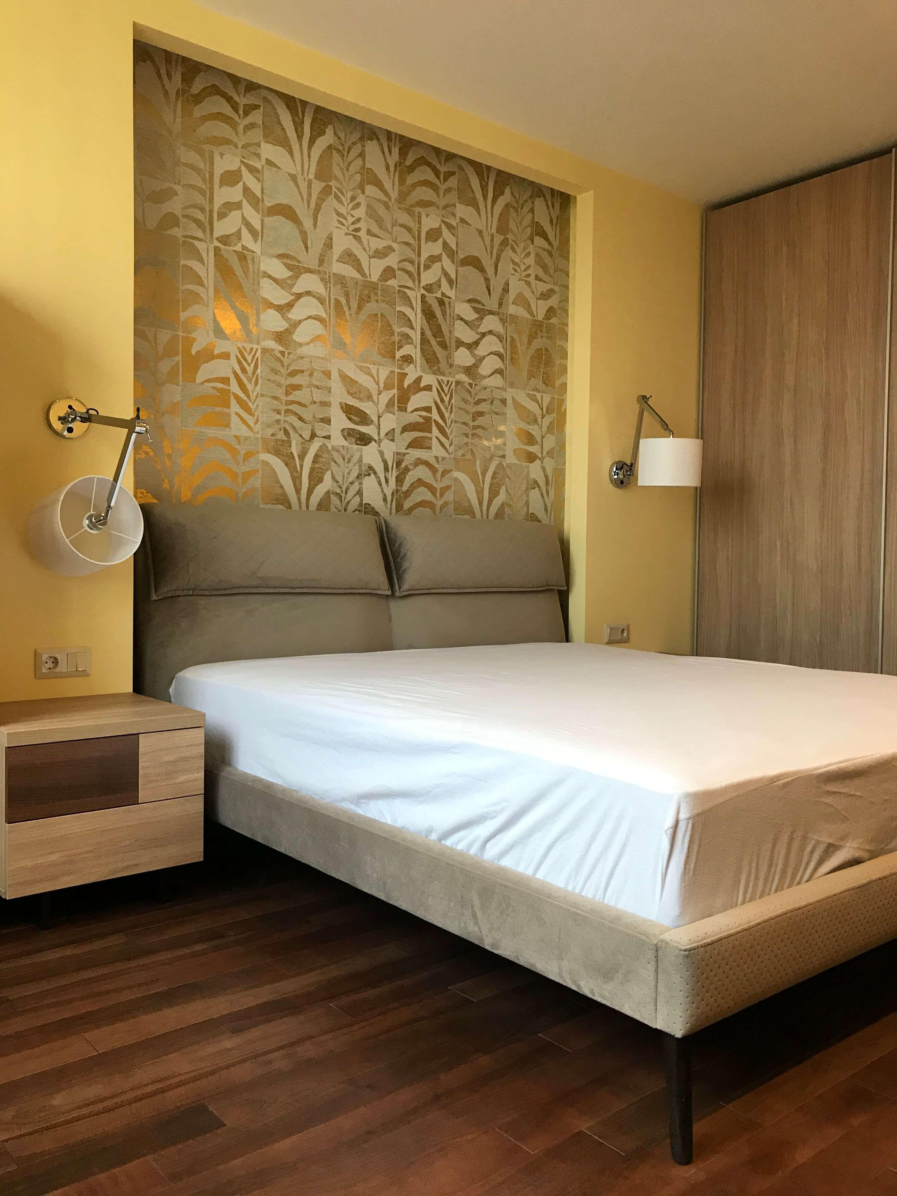 кровать в спальной с матрасом