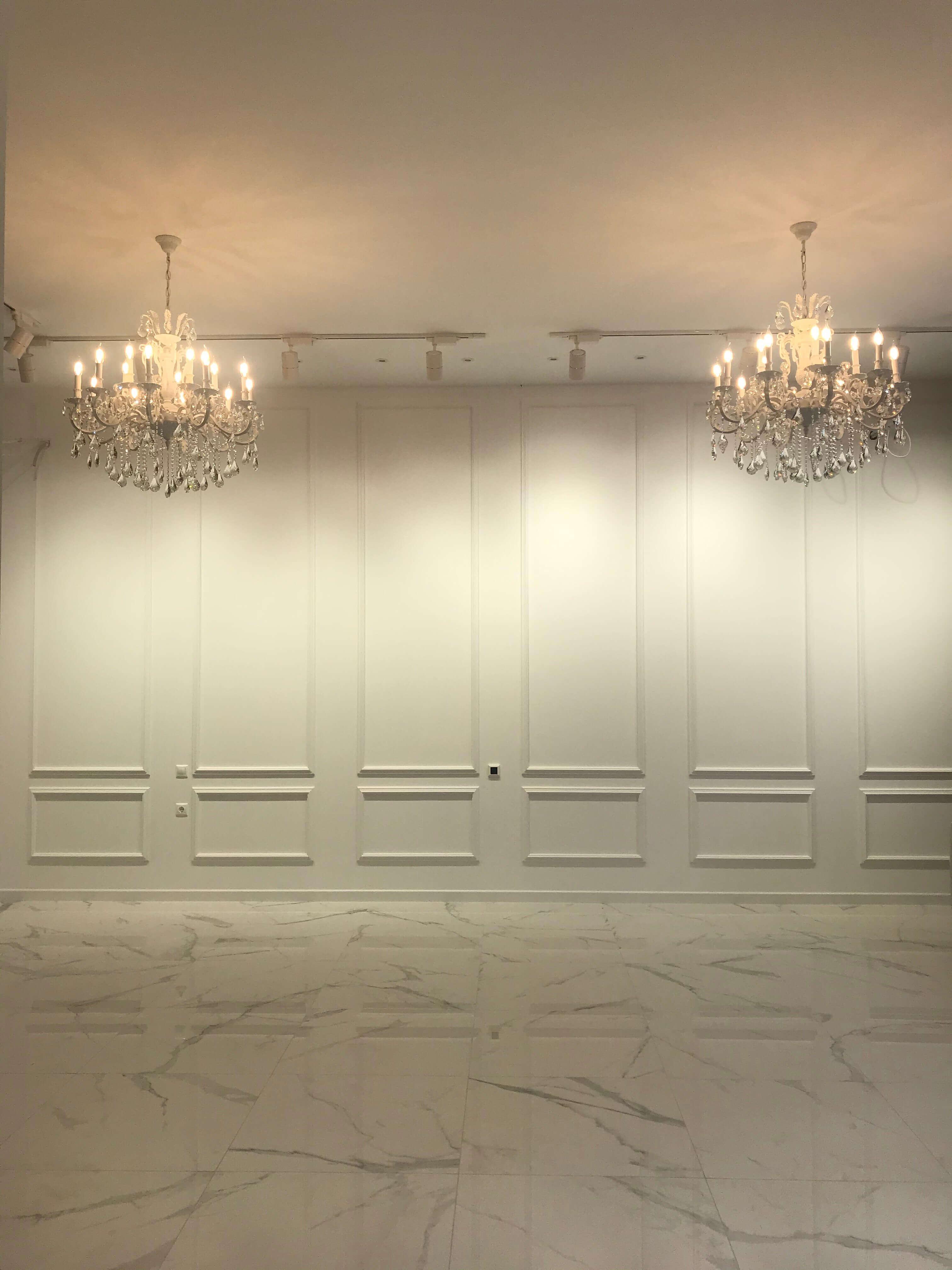 включенные светильники и стена после отделки