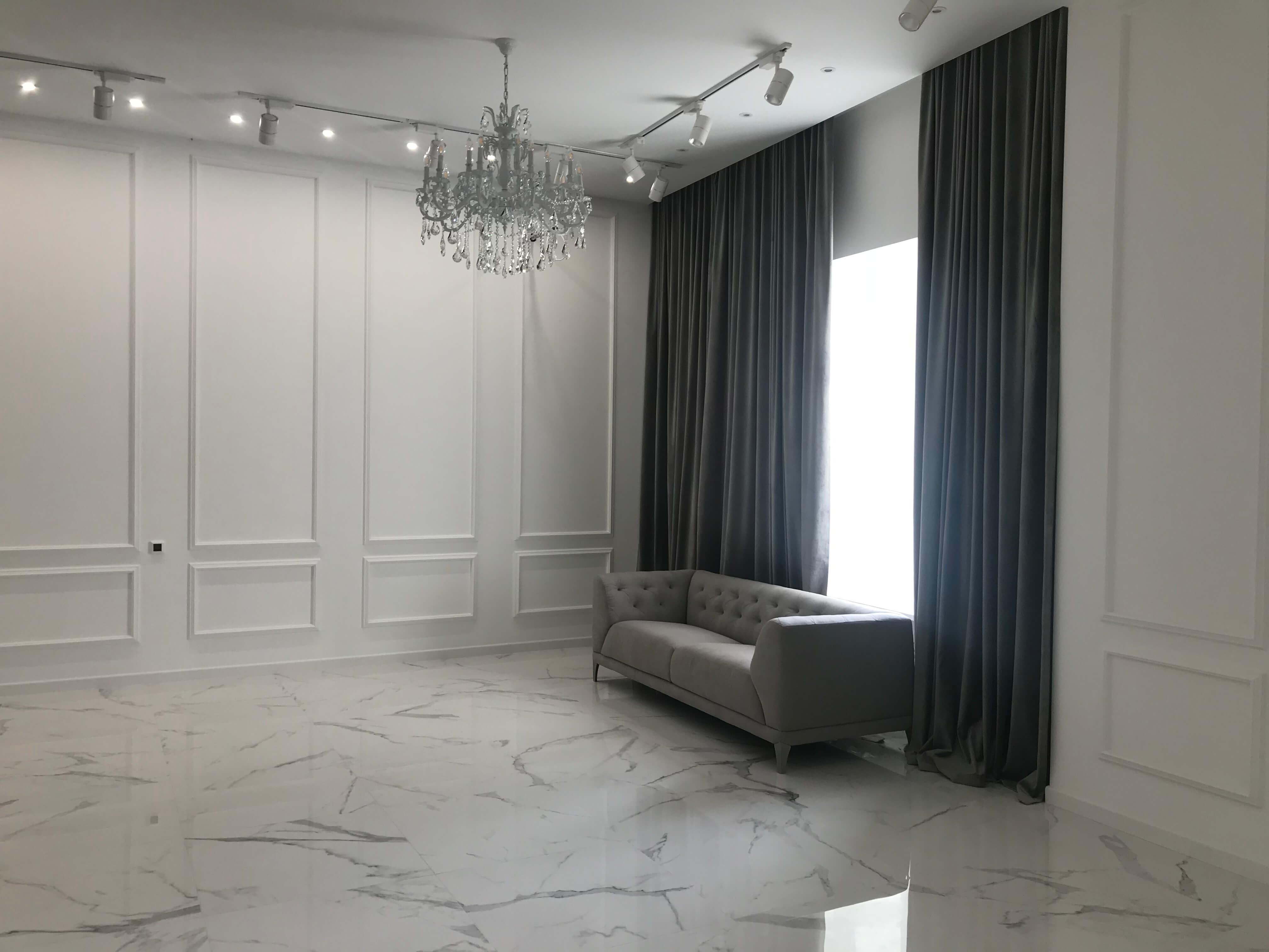 вид квартиры после ремонта, диван, окно и занавески