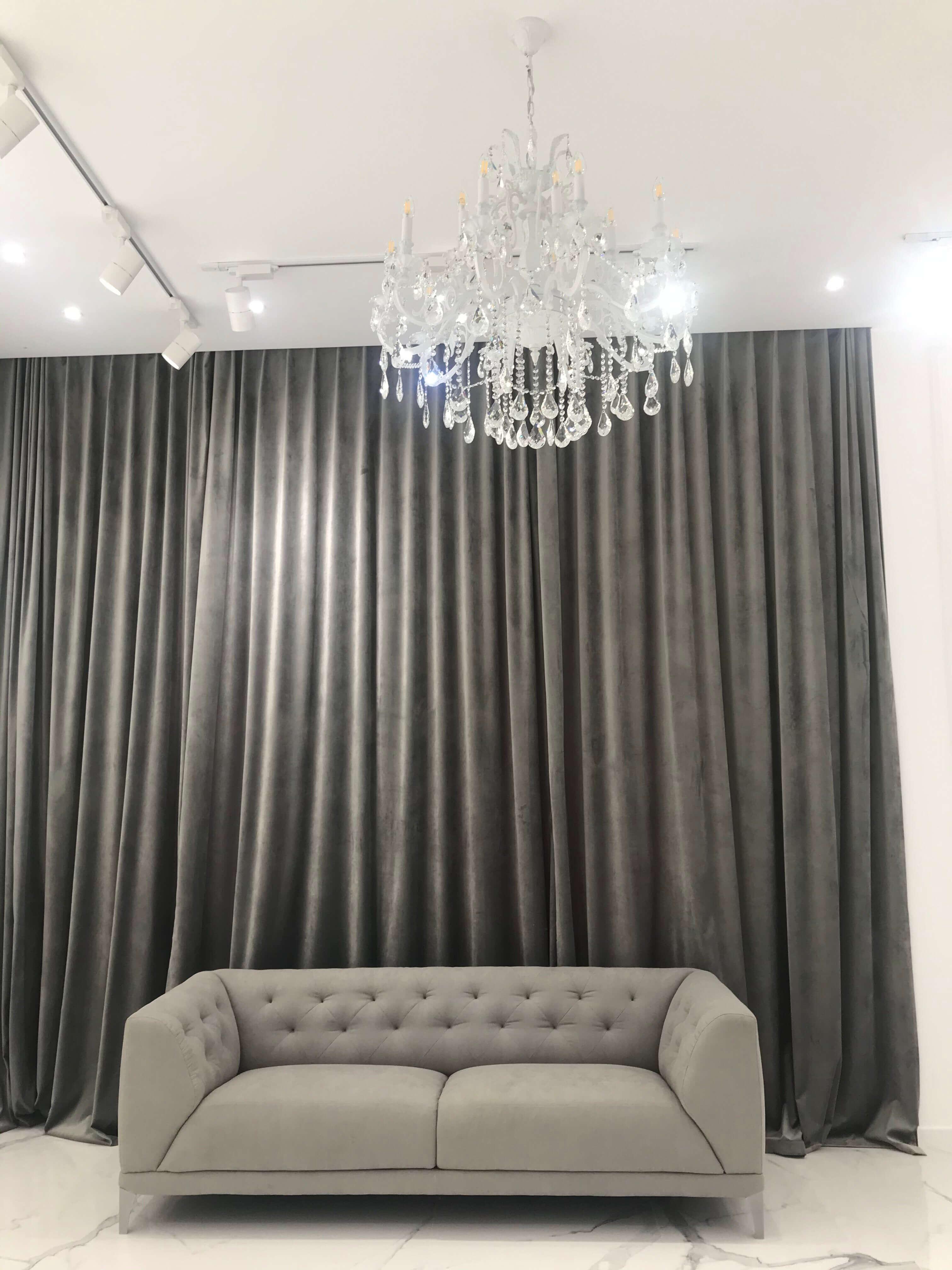 задернутые шторы, люстра и диван вблизи