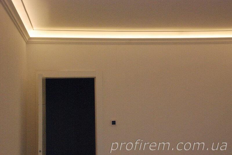 Багет с подсветкой и черная дверь