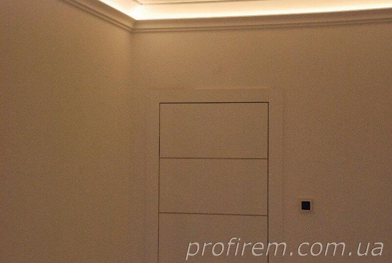 Багеты с подсветкой и белая дверь