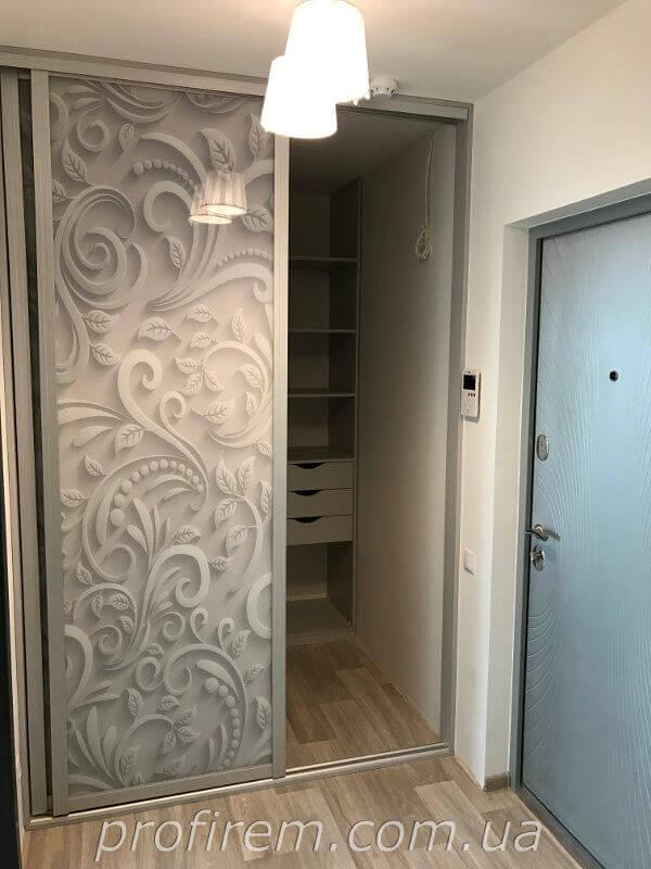 Резное оформление дверцы шкафа