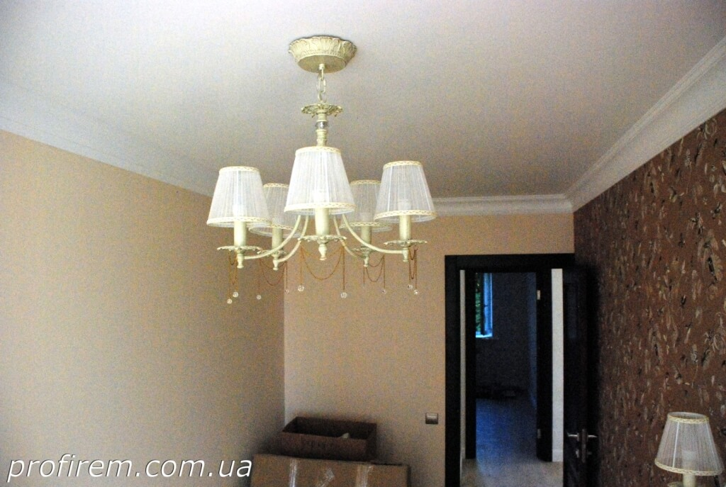 люстра в одной из комнат на Лобановского