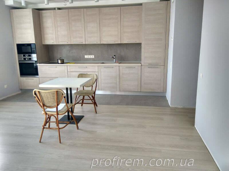 Кухня со столиком и двумя стульями