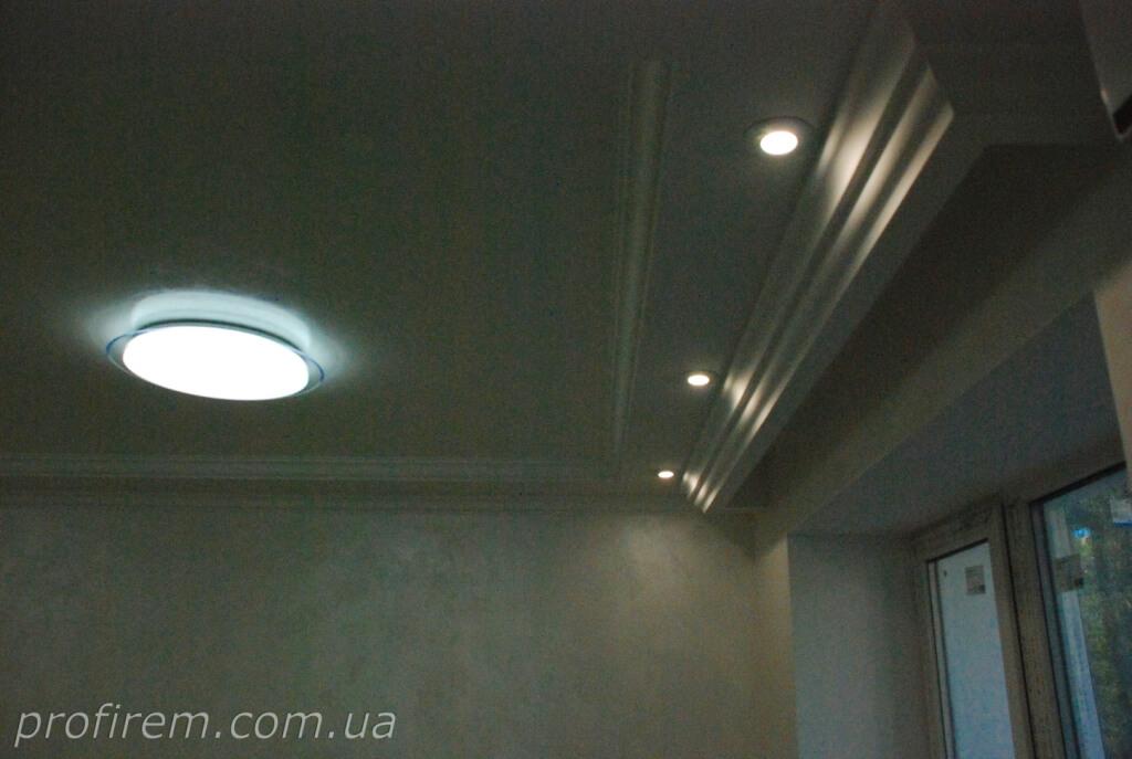 отделка потолка в гостиной в хрущевке