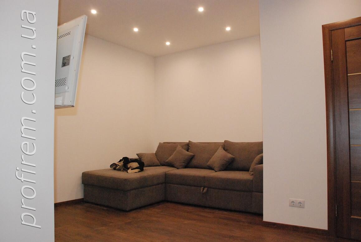 диван в гостиной напротив кухни