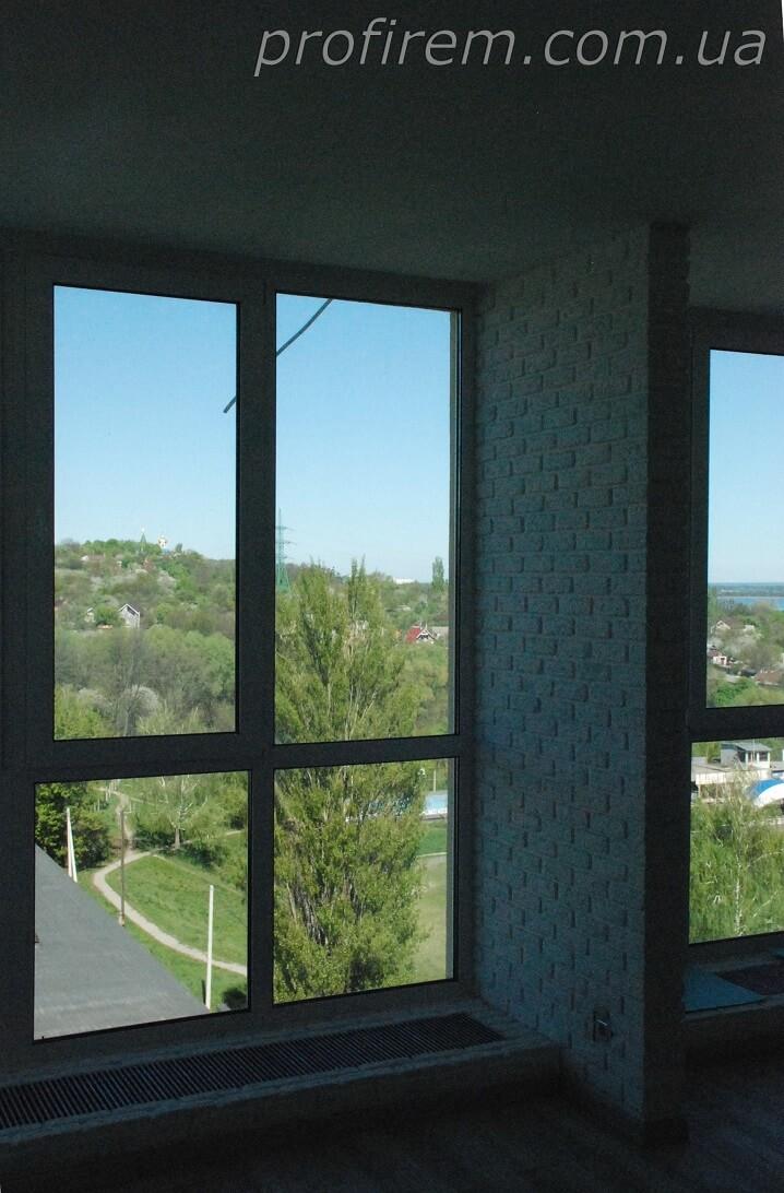 Окна в полный рост и под ними радиаторы