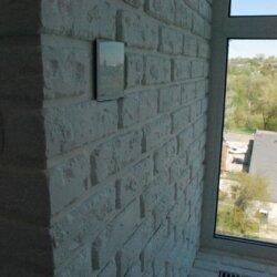 стена и выключатель