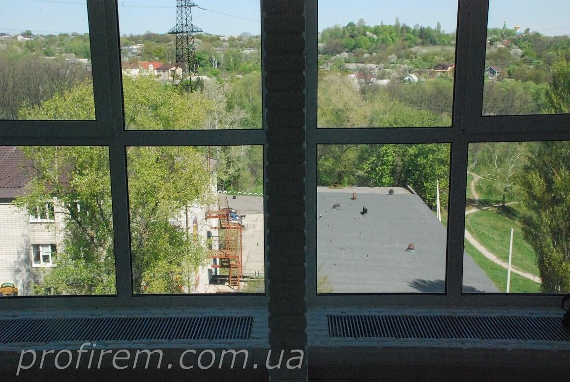 окно и радиаторы - вид с середины комнаты
